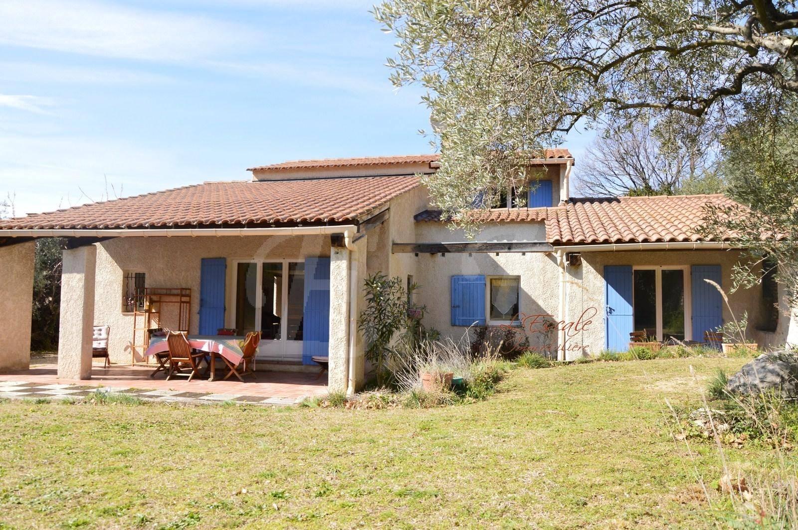 Maison à Robion avec 4 chambres sur grand terrain avec piscine et belle vue sur le Luberon