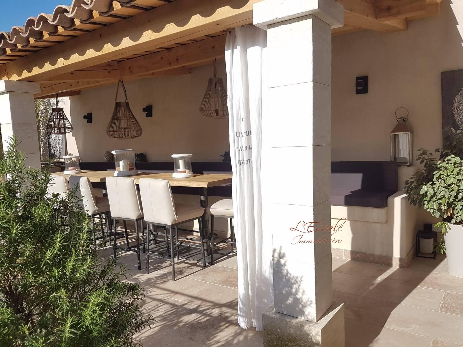 Maison de village T7 Robion au coeur du vieux village, belle maison en pierre avec cour intérieure terrasse et garage