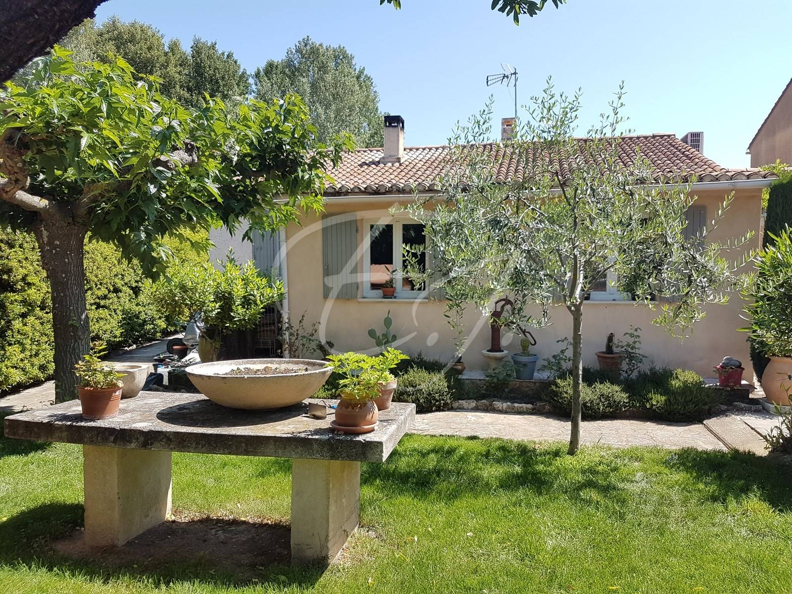 Maison de plain pied à Robion avec jardin et garage