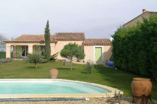 Maison A Louer 3 Chambres Avec Jardin Lagnes. Villa Avec Piscine à Maubec,  Proche Village, Au Calme