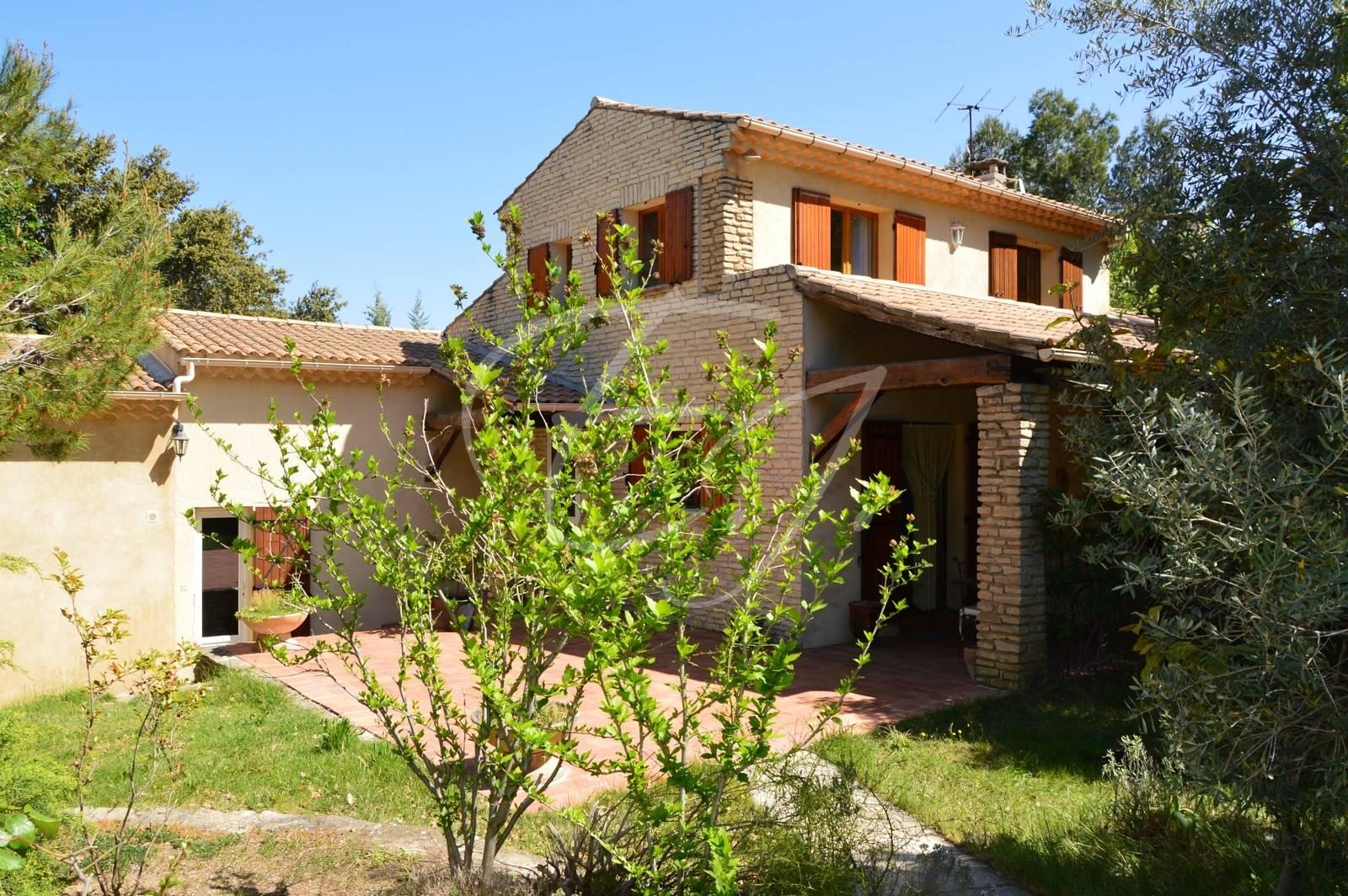 A vendre maison avec piscine et jardin arboré dans le village de Robion
