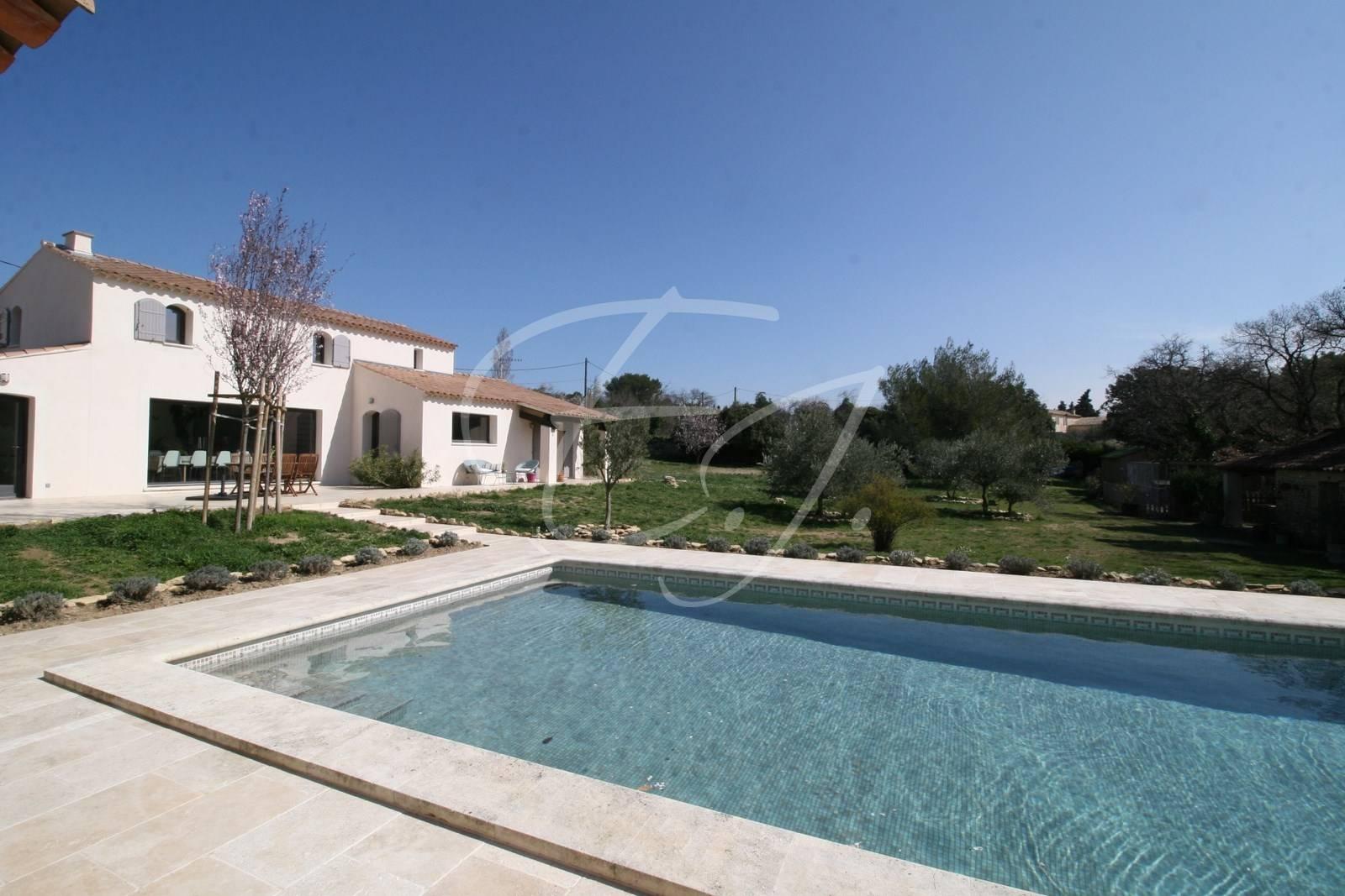 Cabrieres d'Avignon Maison moderne T6 face au  Luberon avec piscine et terrain au calme absolu