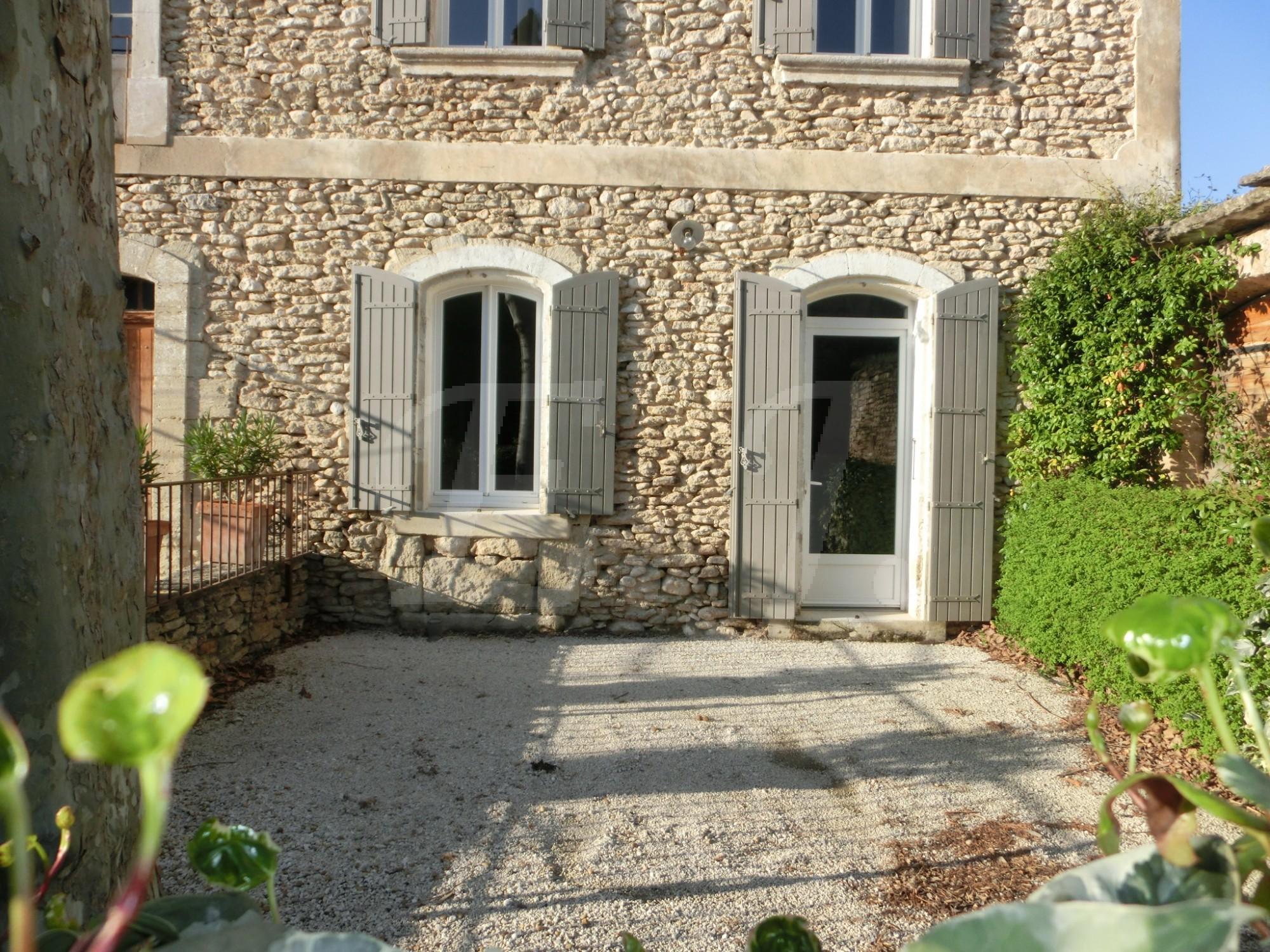 Location appartement ou maison de village gordes l for Location maison ou appartement