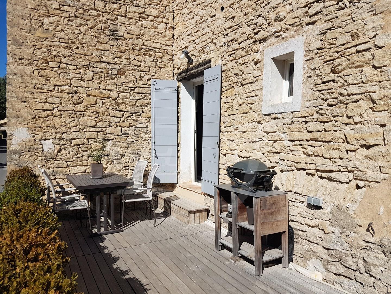 Vente Appartement  T2 Lagnes au centre du village, Appartement rénové avec goût bénéficiant d'une belle terrasse avec Vue dégagée sur les Monts du Vaucluse