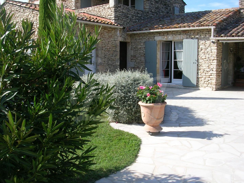Maison  GORDES En pierre jardin avec pisicne