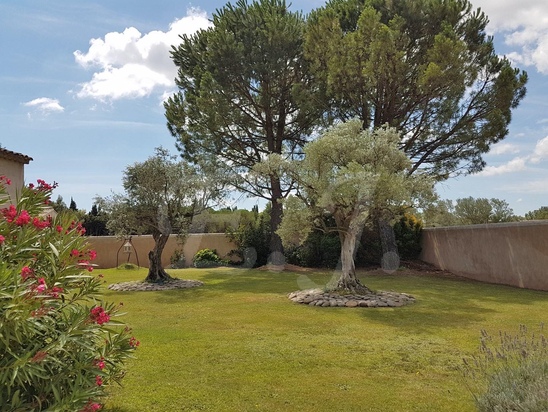 Vente Villa Cavaillon au pied du Luberon, entre LES TAILLADES et CHEVAL-BLANC, magnifique maison familiale en parfait état avec jardin paysager , piscine et garages