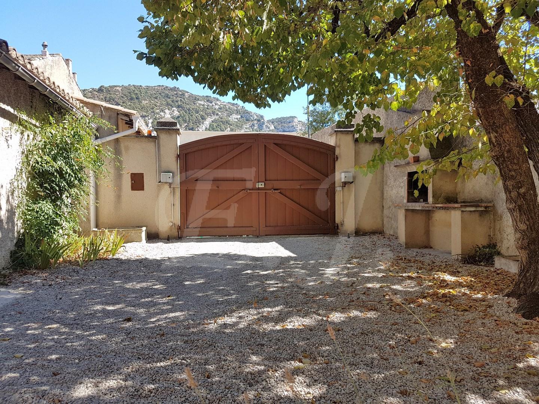 Vente Maison de village T5 Robion Face au Luberon , grande bâtisse en pierre avec 4 chambres et nombreuses dépendances : remise, garage, grenier
