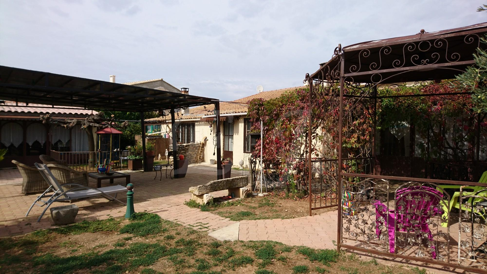 Maison  T7 Maubec Proche des commerces, jardin arboré