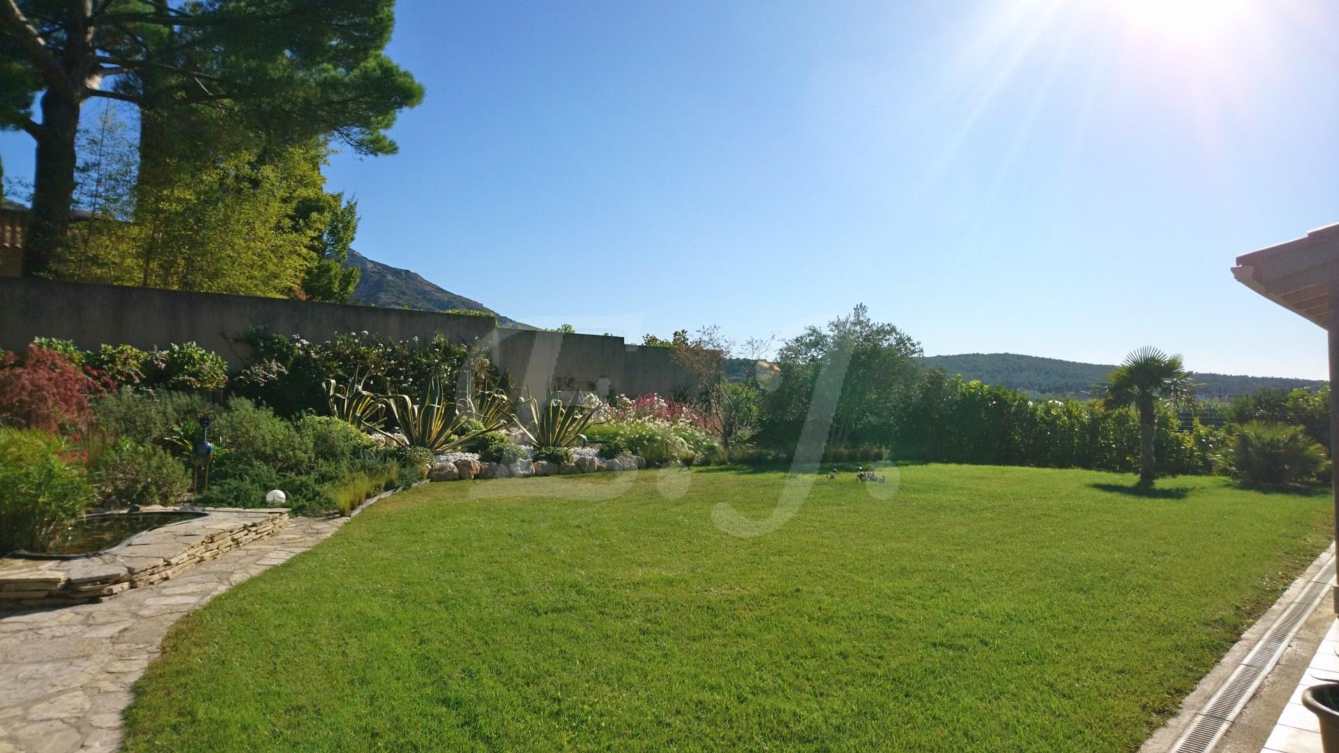 Ventes maison robion moderne avec piscine et jardin arbor for Villa avec jardin et piscine