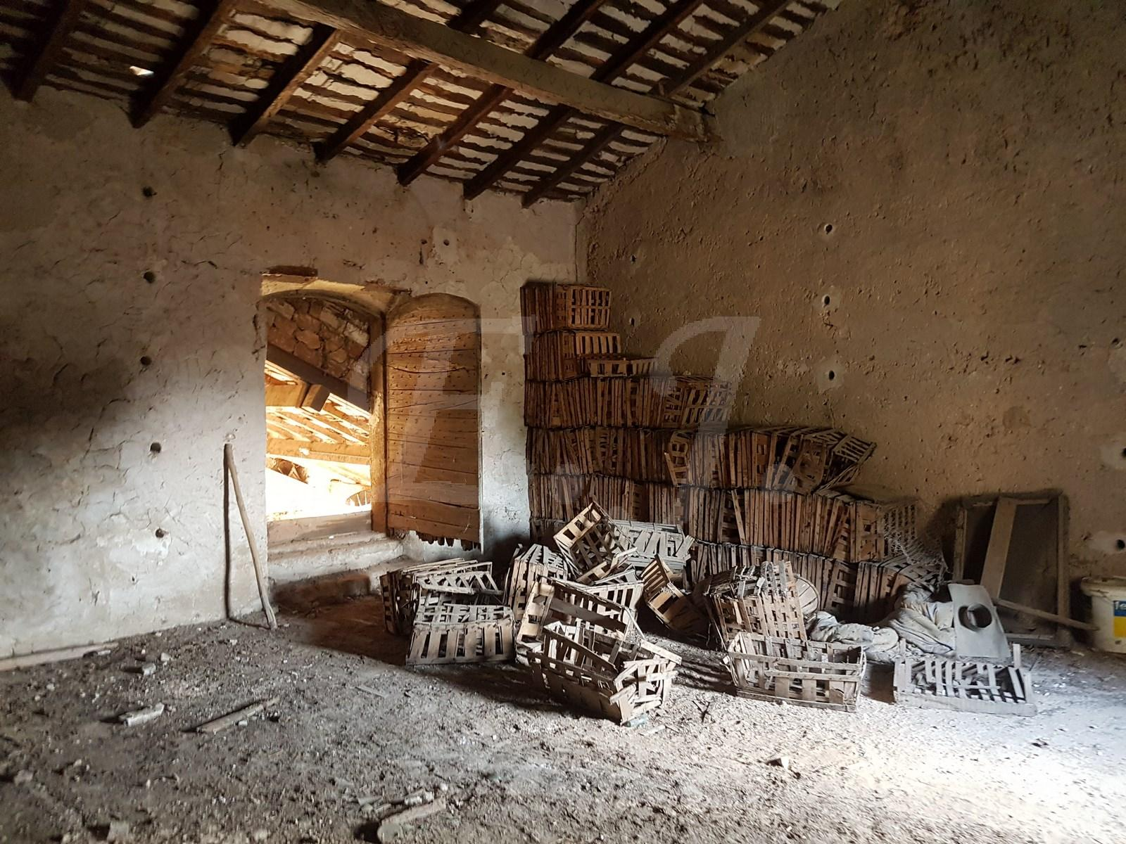 A vendre mas dans son jus , au pied du Luberon