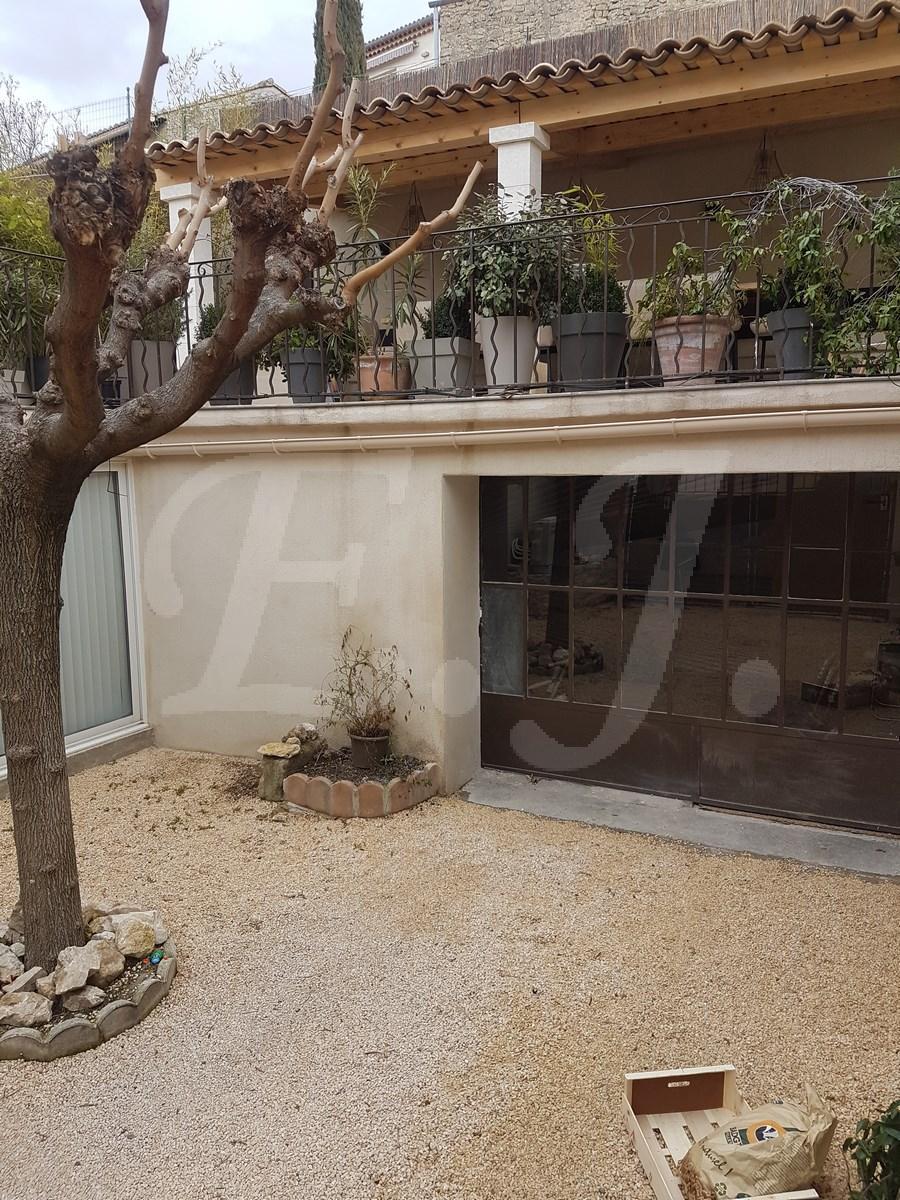 A vendre à Robion maison de village avec terrasse garage et dépendance