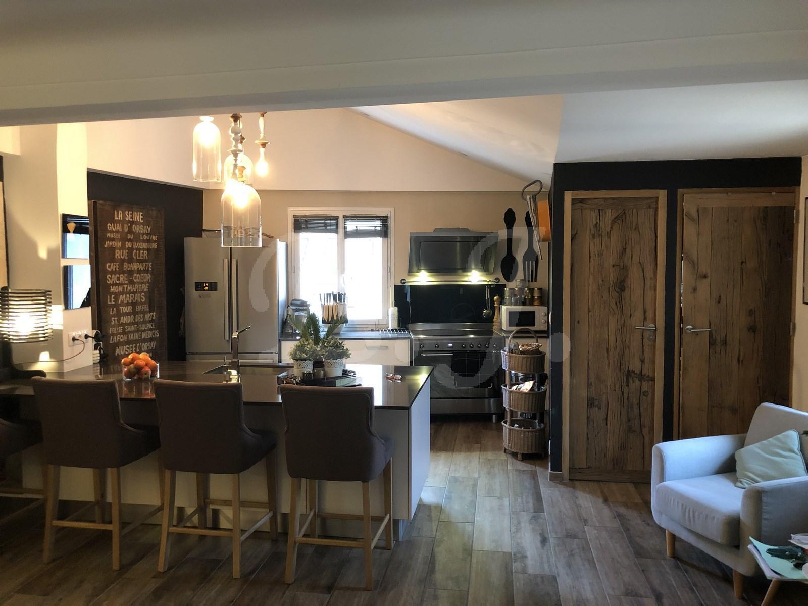 A vendre à Robion maison de village avec cour interieure terrasse garage et appartement indépendant