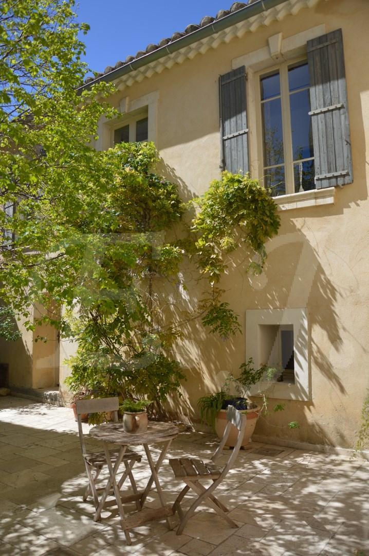 ventes maison de village t8 f8 robion avec de grands espaces 5 chambres jardin et piscine maison. Black Bedroom Furniture Sets. Home Design Ideas
