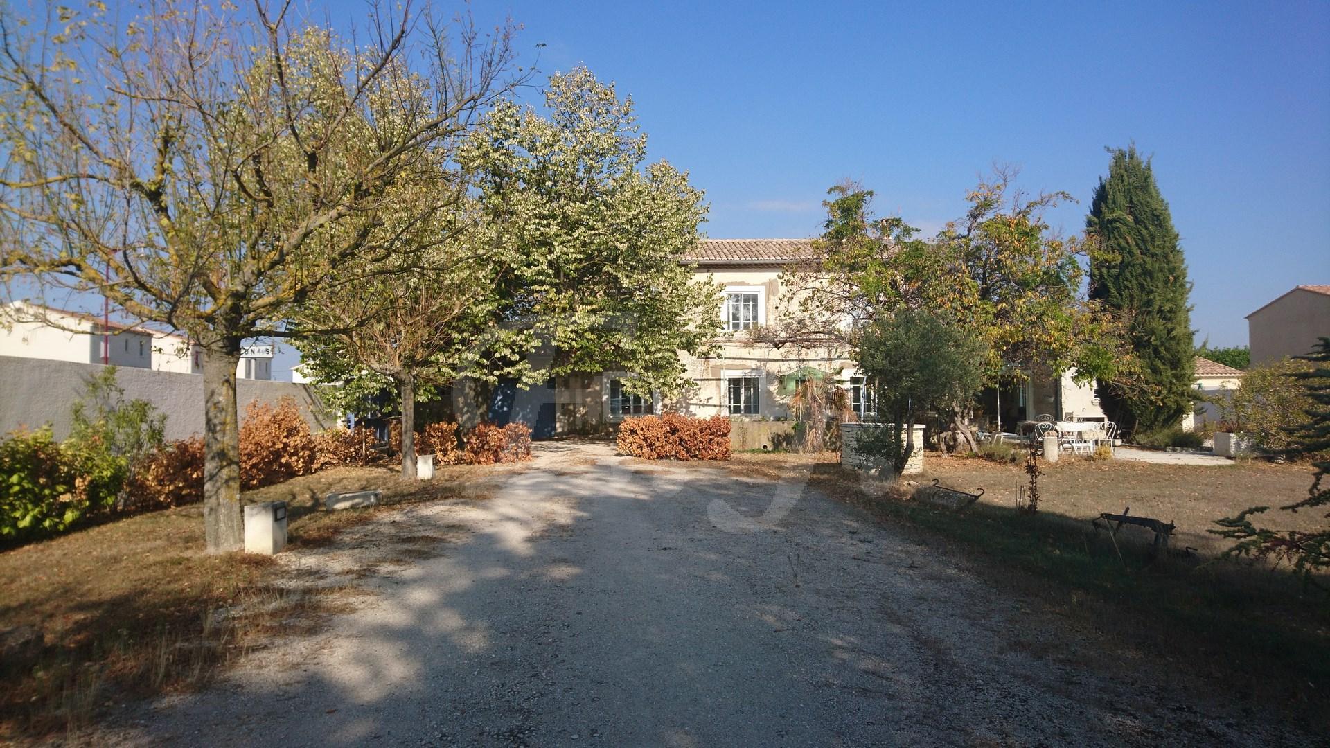 Mas Provençal Cheval Blanc 5 pièces a rénover sur grand terrain avec hangar et garage , proche village