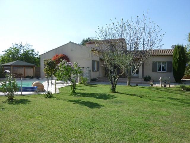 Vente a vendre dans un village provençal du luberon grande maison avec 4 chambres sur beau jardin arboré avec piscine garage au calme et avec une