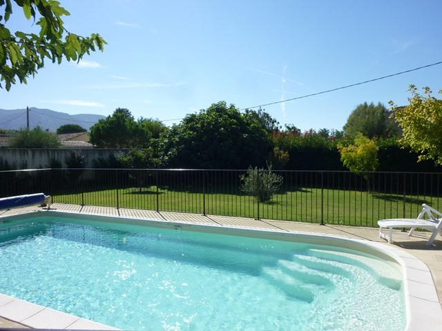 Ventes les taillades villa de plain pied de construction for Construction piscine 84