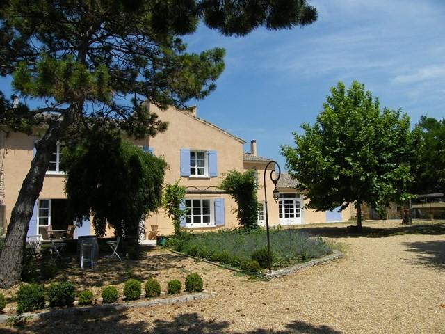 Mas Provençal Robion position dominante sur grand terrain avec piscine