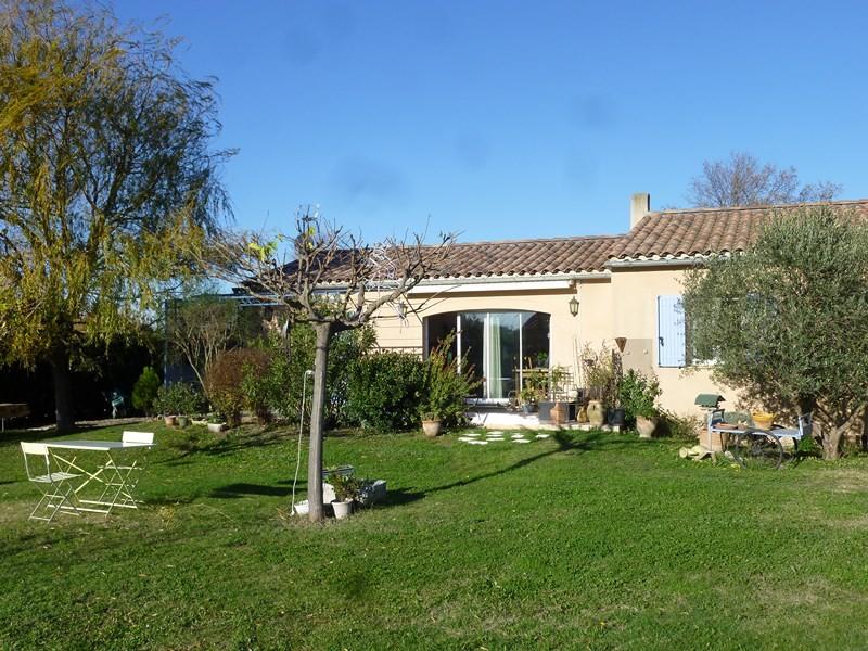 VENDU - Cheval Blanc, villa de plain pied avec 4 chambres sur grand jardin avec piscine et vue Luberon