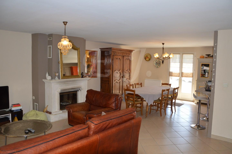 ventes villa t4 f4 robion en excellent etat avec jardin et piscine maison et villa vendre vers. Black Bedroom Furniture Sets. Home Design Ideas