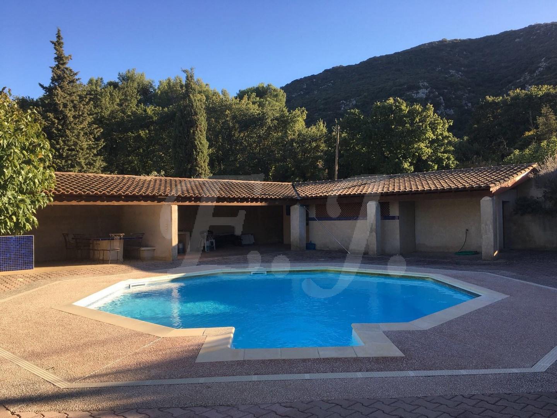 maison maubec avec 5 chambres grand jardin avec piscine et vue luberon bien vendu l 39 escale. Black Bedroom Furniture Sets. Home Design Ideas