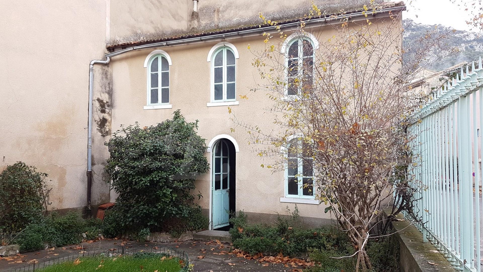 Vente Maison de village ROBION 6 pièces avec cour interieure et garage au centre du vieux village