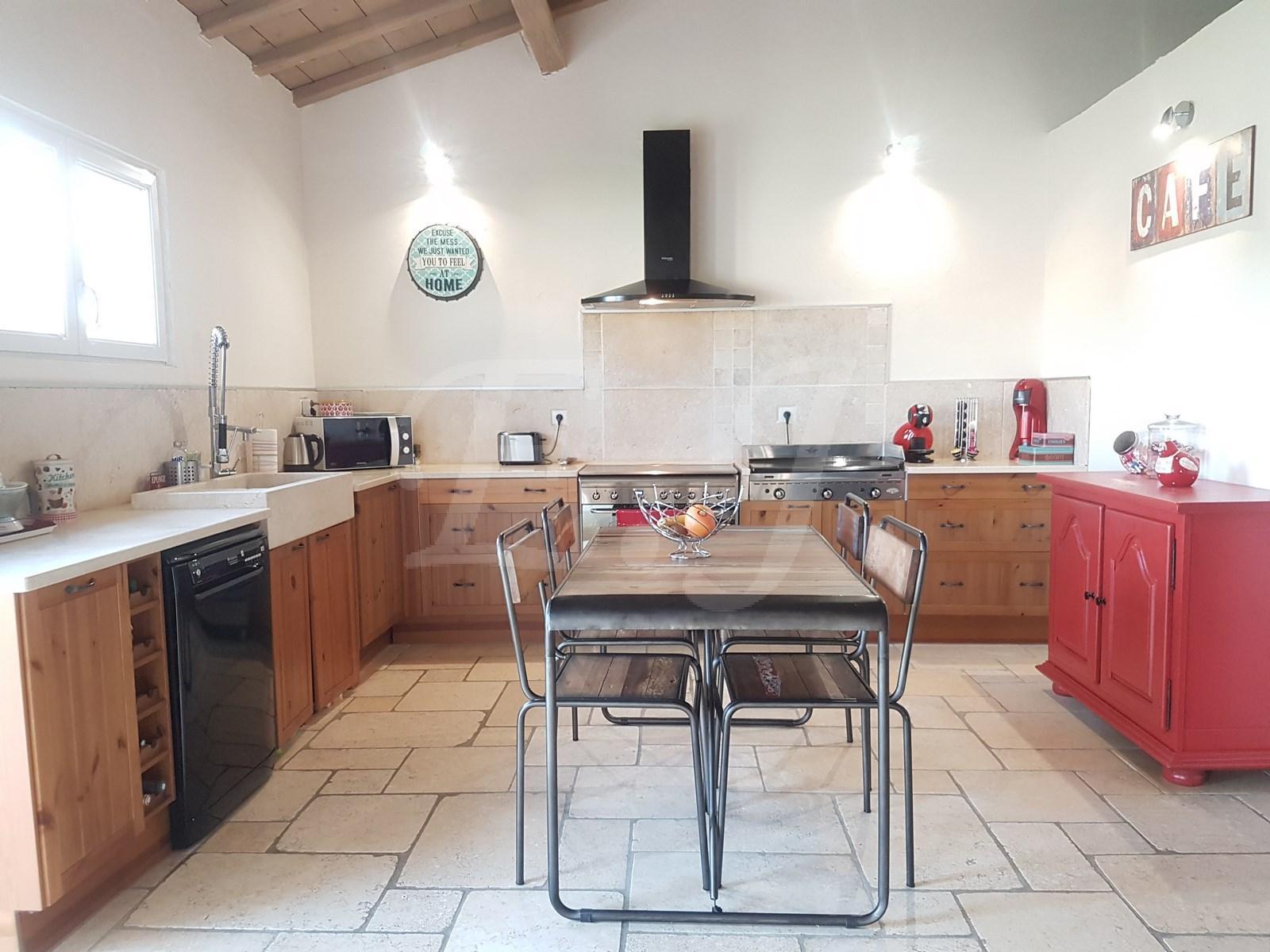 A vendre à Cabrières d'Avignon villa de plain pied 4 chambres piscine et garage