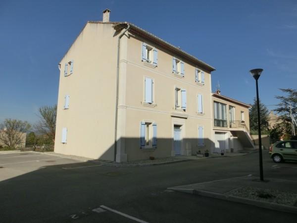 Dans le village de Robion, appartement en location avec 1 chambre