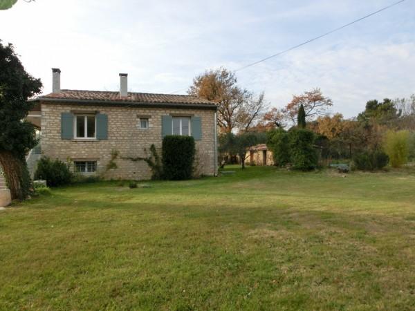 A proximité du village de Lacoste, maison avec piscine de type T3
