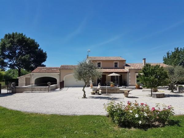Vente T4/5 OPPEDE Proche village , au calme et avec une magnifique vue sur le Luberon , très belle maison en pierre avec piscine et garages