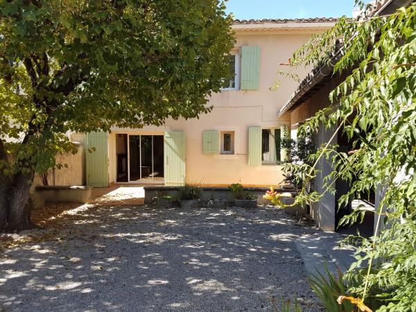 Maison de village T5 Robion Face au Luberon , grande bâtisse en pierre avec 4 chambres et nombreuses dépendances : remise, garage, grenier