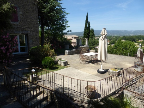 Vente Maison de village Maubec vue panoramique avec terrasses , piscine , dépendance et garage