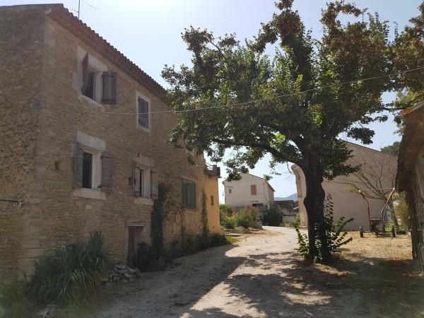 Vente MAS T4 Oppède Au centre du village mas en pierres à rénover avec caves, remise et garages sur terrain arboré et terrasse avec vue sur le Luberon